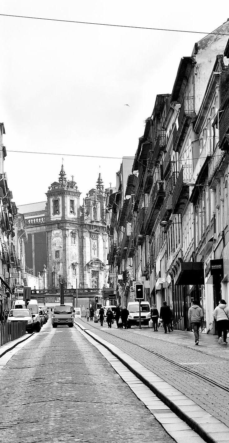 Rua 31 Janeiro no Porto www.webook.pt #webookporto #porto #rua #ruasdoporto. Ao fundo, a Igreja de Stº Ildefonso. Antigamente a rua chamava-se de Stº António.