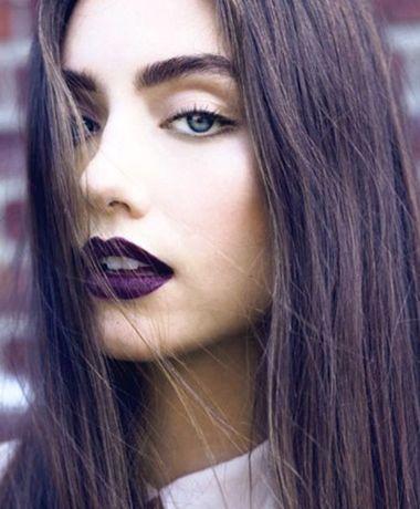 Çok koyu dudaklar; açık ton göz makyajı; doğal allık ve renkli gözler... Monokrom makyajlarla hem güzel hem trend gözükmek mümkün. #HandeHaluk #trend #makeup #style