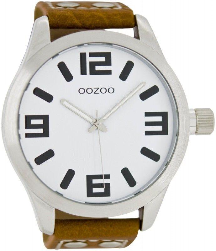 OOZOO Horloge Timepieces Collection 51 mm C1001. Stoer vormgegeven OOZOO horloge met zilverkleurge kast en cognackleurige horlogeband. Het horloge heeft een doorsnede van 51 mm, heeft een witte wijzerplaat met zwarte index, wijzers en is spatwaterdicht. De cognackleurigelederen horlogeband heeft een gespsluiting. Trendy, stoer en sportief model welke zowel door dames als heren gedragen kan worden.