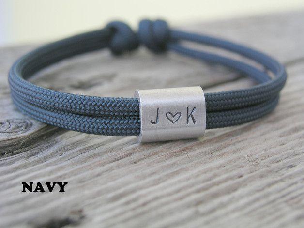 **Armband Surfer - Geschenk für den Partner**  Sportliches und stylisches Armband aus Paracord mit silbernem Gravurelemten für 3 Wunschzeichen.  Dieses Herrenarmband ist aus hochwertigem...