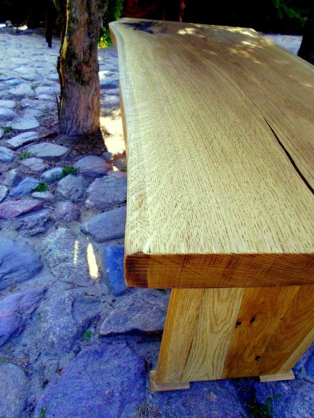 Ława dębowa. Blat wykonano z jednej litej i sezonowanej deski dębu. Naturalne pęknięcia w drewnie zalane są żywicą, czego efekt widać na zdjęciu. Całość olejowana. Cena 500...