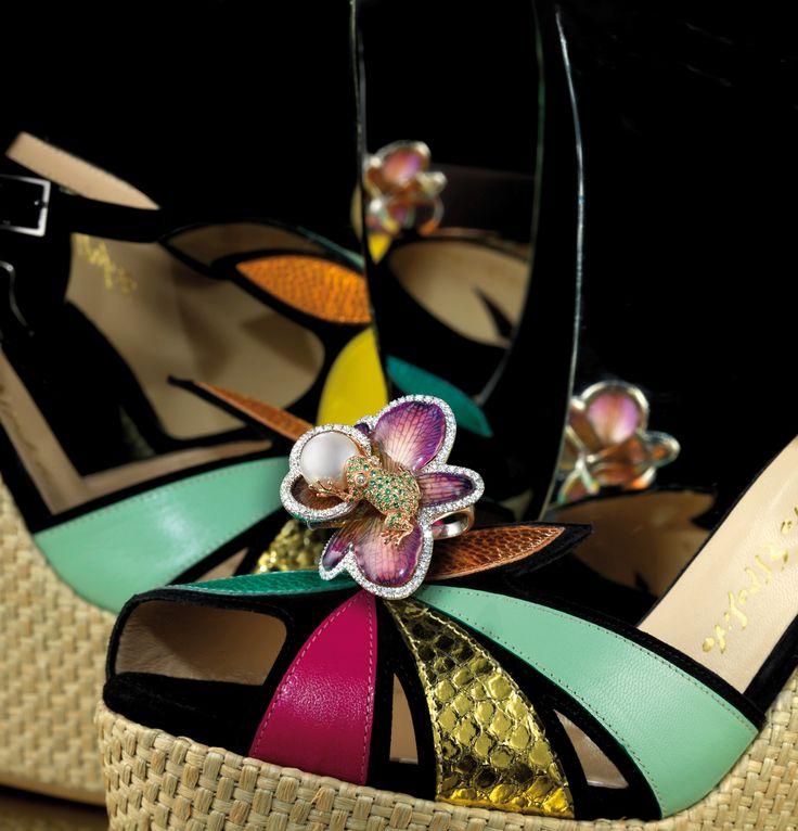 Fancs V. by Simona Elia Anello in oro 750 con diamanti, smeraldi, fiore e perla 750 gold ring with diamonds, emeralds, flower and pearl www.fancsv.com