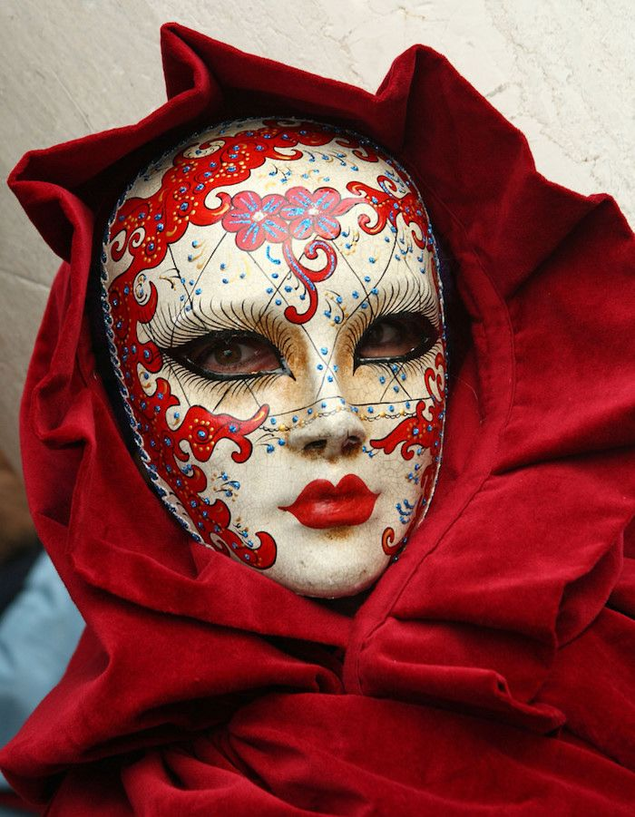 eine rote Maske und rote Gewände   Halloween Maske für Damen selber machen