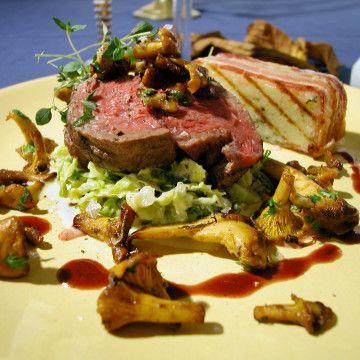 Helstekt oxfilé med lyxig italiensk potatiskaka, smörfrästa kantareller och krämig savoykål - Recept - Tasteline.com