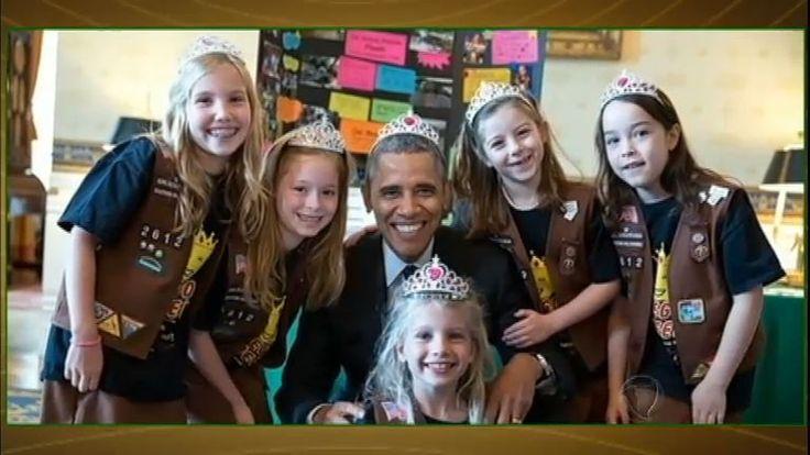 O presidente dos Estados Unidos apareceu em uma foto usando tiara ao lado de um grupo de escoteiras sorridentes. A fotografia foi registrada em junho durante a Feira Anual de Ciências da Casa Branca.