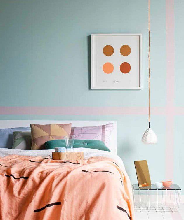Pared Celeste Con Rayas Rosa Cama En Salmon Y Cojines Coloridos Appartment Decor Decor Interior Paint Colors