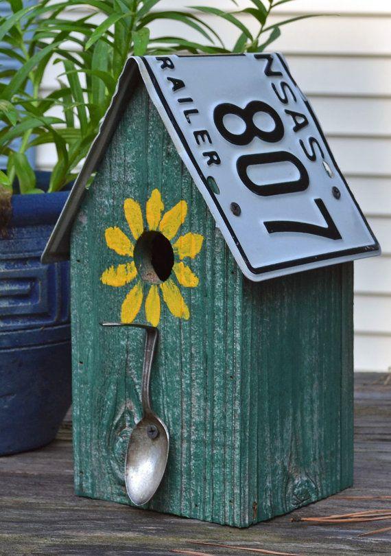 Cette maison rustique est en barnwood et chasseur peint verte avec une cuillère de lumineux jaune tournesol et antique silver plaque pour un perchoir. Le toit de la plaque dimmatriculation recyclé supprime pour nettoyage facile. A 1 1/4 trou pour troglodytes et autres oiseaux chanteurs. Mesure 11 H X 6 1/2 L X 6 D.