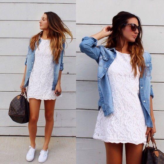 Tenue: Robe décontractée en dentelle blanche, Chemise en jean bleu clair, Tennis blancs, Grand sac en cuir imprimé marron foncé – Mar MITTE