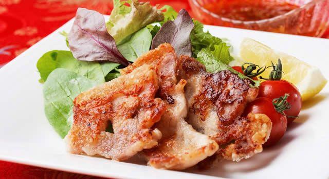 豚肉のサラダ・ピリ辛ねぎソース添えのレシピ。材料は豚ロース肉(しょうが焼き用)、長ねぎ、豆板醤(トウバンジャン)など。作り方だけでなく、全レシピにカロリーや栄養価情報つきでダイエットや健康管理に便利!豚肉のサラダ・ピリ辛ねぎソース添えの簡単おいしいプロの技やコツも!