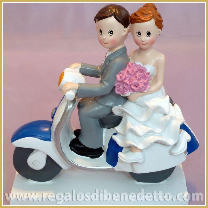 Figura para #Tarta de #Bodas #Novios • Novios a la fuga!!. Divertida pareja de novios para la tarta encima de una moto Vespa • #CakeToppers #Weddings •