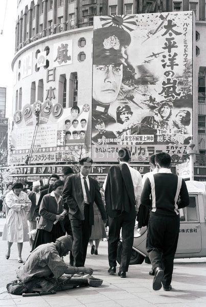昭和35年(1960)東京・有楽町の日劇前。homeless man begging.