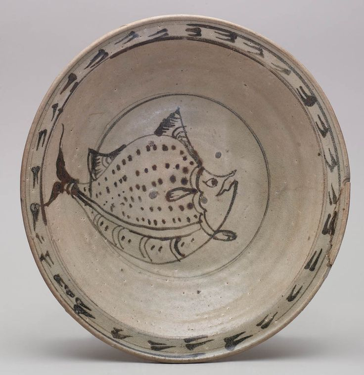 Sukhothai - Southeast Asian Ceramic Society . Plate with a flat lip having a décor of a frieze of double brush strokes in underglaze iron; fish motif in centre medallion with tail on cavetto.