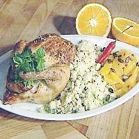 Helstekt fylt kylling servert med appelsin og couscous -