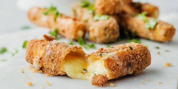 Smeltet ost, knasende sprøtt skall og hot tomatsaus - kan det bli bedre? Oppskrift på friterte mozzarella-sticks med hot marinaradipp.
