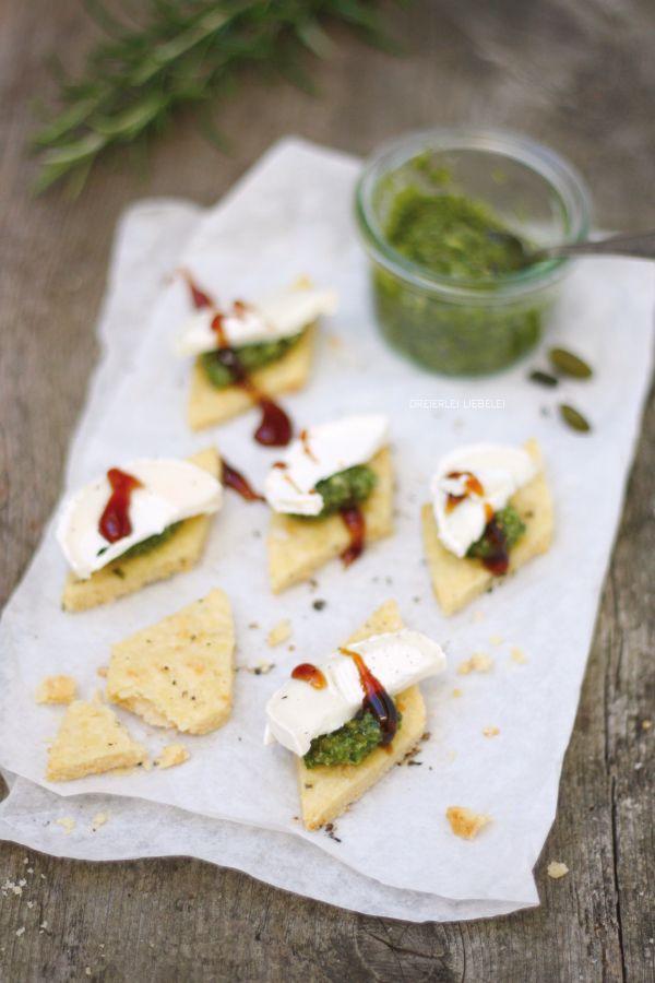 Pistazienpesto, Ziegenkäse und Crema di Balsamico auf Olivenölcrackern als Vorspeise für ein weihnachtliches Festmahl