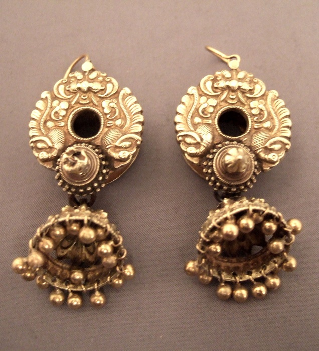India | Earrings in 20k gold.  These old earrings from Karnataka would have been worn in the ear lobe, but hooks have been added at a later stage to make them easier to wear | 3960€