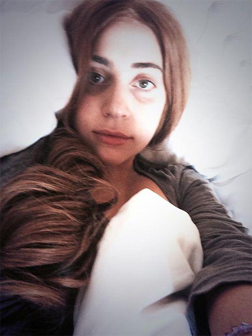 Lady Gaga nos muestra su look natural, sin maquillajes exagerados ni excéntricas pelucas ni vestimenta... Desde nuestro punto de vista preferimos su belleza natural, con sus ojeritas y todo :-)