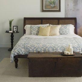 Tavolini spaiati, luci di design, pezzi rétro. Nella stanza da letto regna un disordine apparente. Che, invece, crea l'atmosfera perfetta per rilassarsi