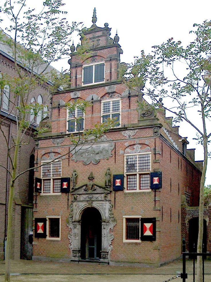 Enkhuizen, Noord-Holland, Netherlands - het voornalige Gereformeerde Weeshuis, bijgebouw. De gevel is een in 1906 vervaardigde replica van het uit 1616 daterende origineel.