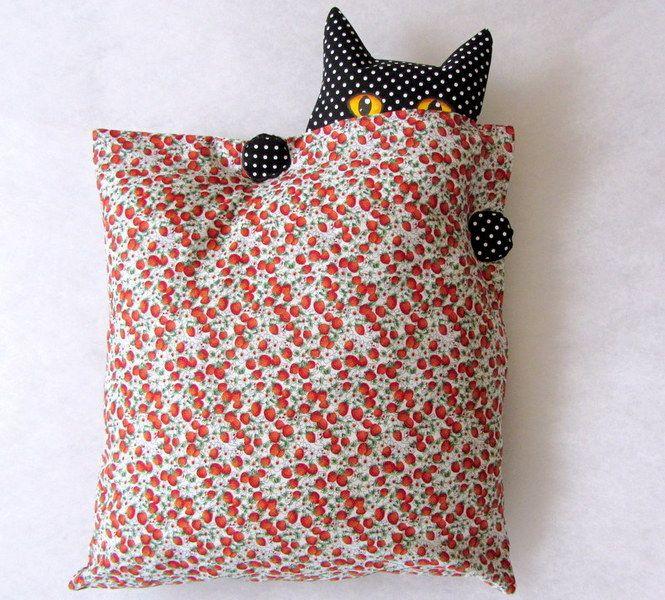 """Cat-hiding-behind-pillow pillow--How cute! Kissenhülle+""""Wo+ist+die+Katze""""?+von+CaTsablanca+auf+DaWanda.com"""