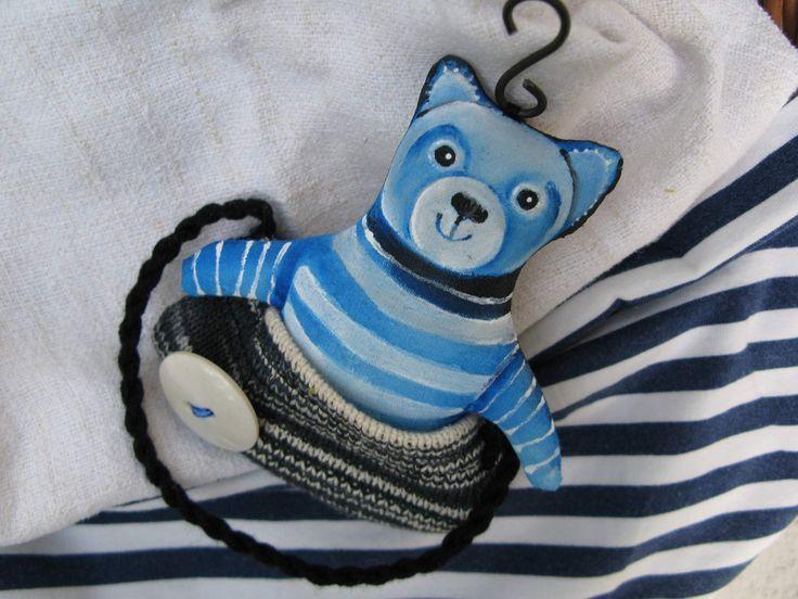 R518 Atelir Míša Méďa v taštičce... :))) Dekorativní,ručně malovaný méďa v taštičce je ušitý z bavlny,vyplněný vatelínem a opatřený drátkovým očkem k zavěšení. K taštičce je přišitý :) Velikost je 11x12 cm.