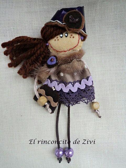 broche muñeca fieltro, muñecas fieltro, broches fieltro, broche muñeca marrón, broches, broche fieltro marrón-morado, muñecas, broches niñas