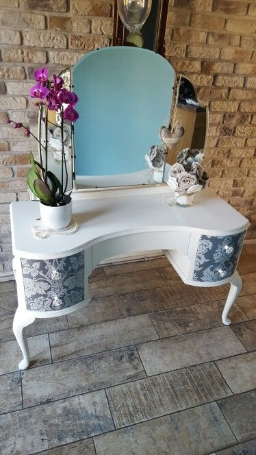 stunning revamped dressing table painted in Everlong Vintage