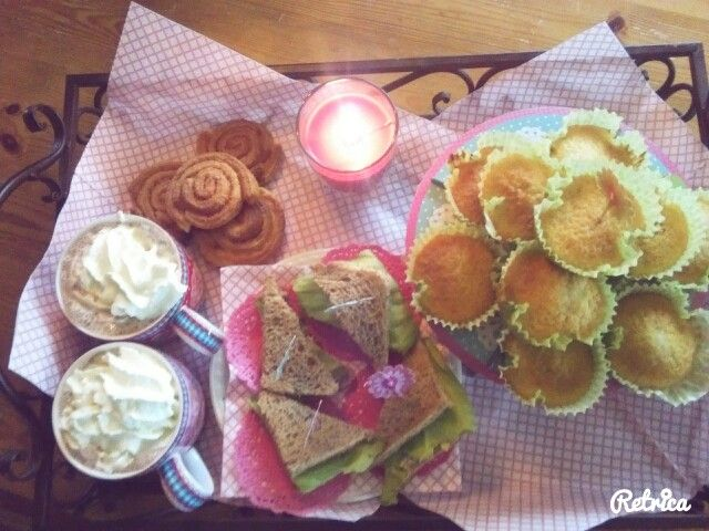 Heerlijke high thea met vanile cakejes, kaneelbroodjes, mini sandwiches en warme chocolademelk met slagroom;)