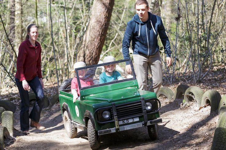 Kids Safari Kinderen krijgen direct het echte safarigevoel zodra ze in hun eigen jeep stappen, met een compleet safaripakket: sleutels voor de jeep, safarihelmen, verrekijker en een route-/ontdekkingskaart. Een safaritocht door het park duurt 30 minuten.  De jeeps zijn geschikt voor 2 kinderen (5-11 jaar). Ze rijden zelf, stapvoets, maar u houdt de controle met een afstandsbediening. De safari is niet afhankelijk van seizoen of weer.