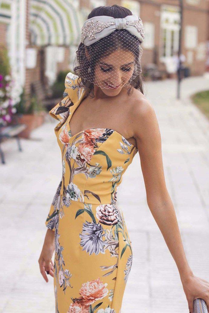 invitada boda de mañana vestido asimétrico estampado amarillo