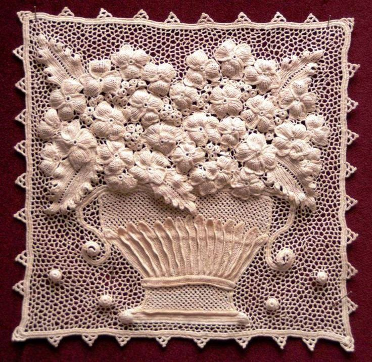 This is another lovely piece of Orvieto lace. It was made by Mariella Piacentini and it won second prize at the 4a EDIZIONE DEL CONCORSO INTERNAZIONALE in 2006.  Image courtesy of http://www.bolsenaricama.it/Concorso%202006.htm