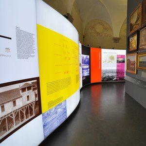 Sistemi espositivi Museofab per allestimenti museali. Parete grafica curva retroilluminata, Museo della Storia di Bologna