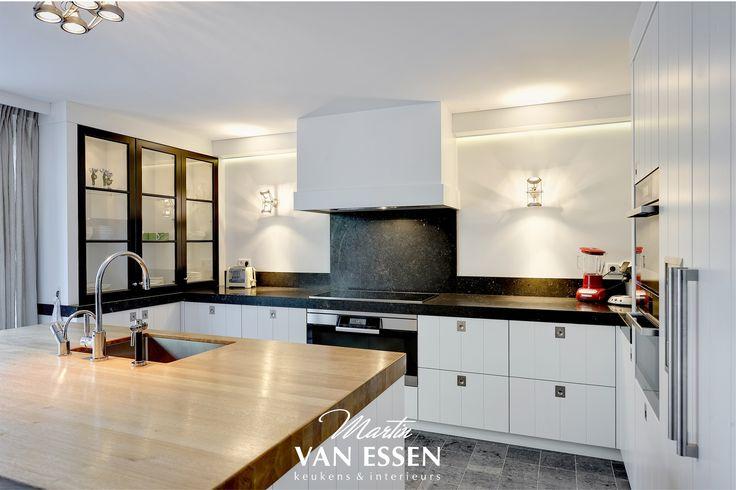 Wat vindt u van deze strakke, lichte keuken? Hij valt op door het prachtige kookblad en het licht/donker verschil. Kijk voor nog meer foto's (ook van de rest van het interieur) op onze website.
