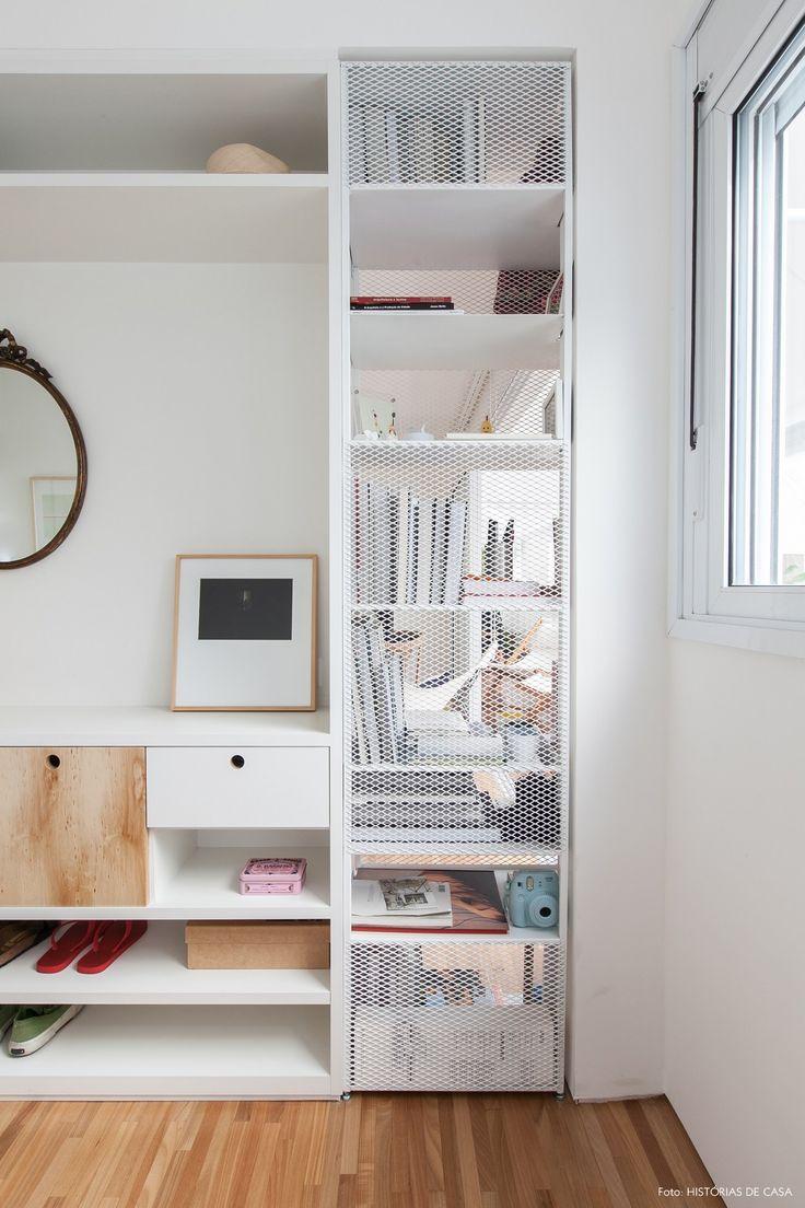 Estante metálica com tela integra quarto e sala.