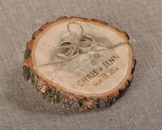 Gravée tranche de bois bague de mariage au porteur, titulaire de l'anneau en bois rustique, toile de jute anneau porteur oreiller