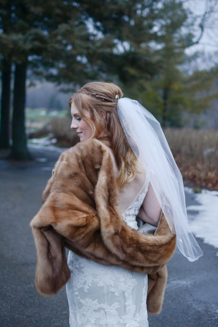 Elegant winter wedding style with a fur stole wrap and fingertip length veil | Beautiful red-haired bride | Photography: Nina Polidoro