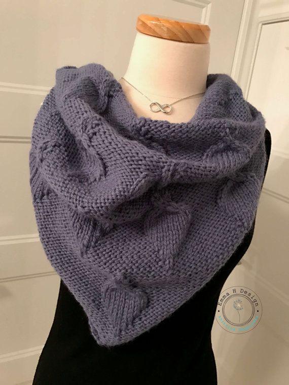 Beau grand chèche triangulaire, réversible, tricoté à la main.... à porter en toute occasion par EmmaHDesign
