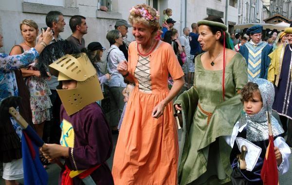 Marché médiéval ensoleillé à Chinon (Indre-et-Loire) : toutes les images - La Nouvelle République
