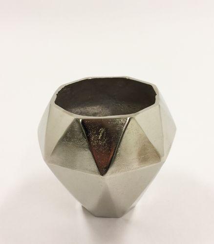 Tøff og rustikk Alexandria vase med et moderne preg. Varen er produsert i formstøpt, nikkelbelagt aluminium.  Obs: Varen er ikke vanntett.  Mål: Høyde 22 cm Ø bunn 11 cm Ø topp 18 cm  Materiale: Nikkelbelagt aluminium  Varenummer: 550456