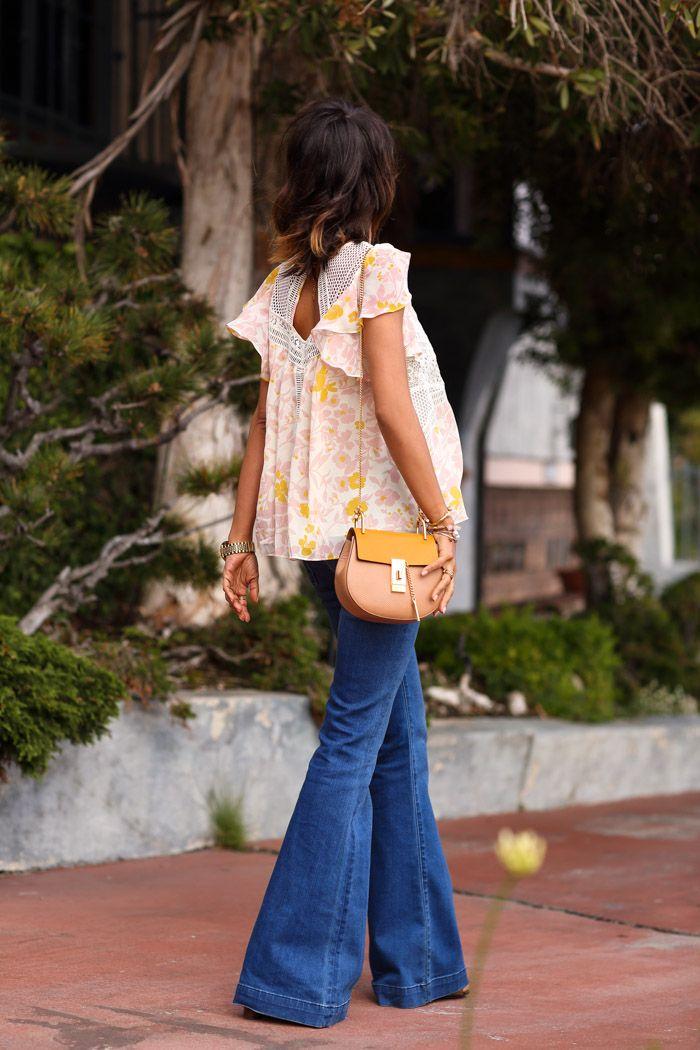 jeans flare e blusa romântica.