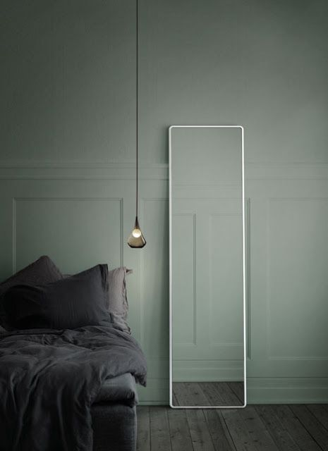 Camaïeu de gris - j'adore l'effet de ce miroir tout simple et la suspension  #bedroom