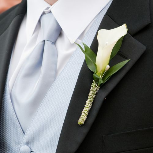 Simple and just fits together with this suit! Love this lily buttonhole! #wedding #groom #buttonhole #lily