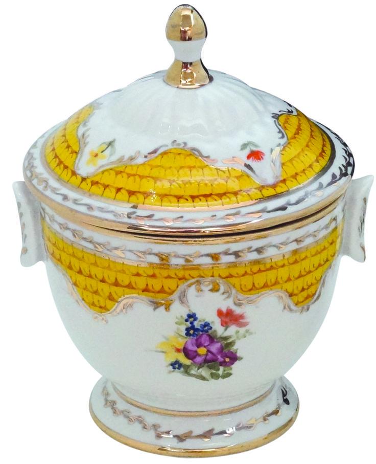 Porselen Şekerlik  El boyaması .Avrupa desenlerinlerinden selbest fırça tekniği ile boyanıp Altın süsleme yapılmıştır