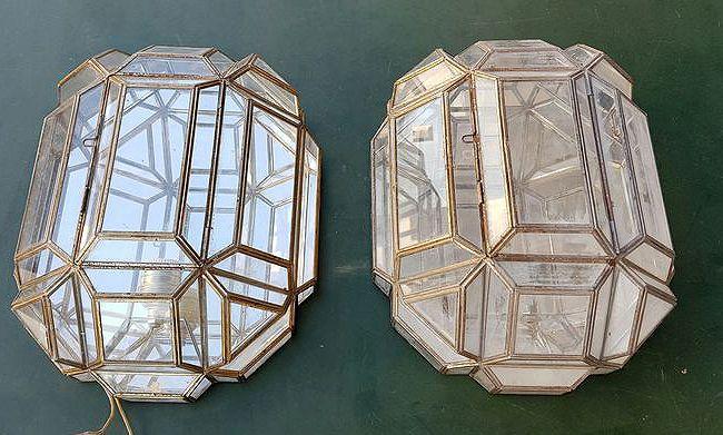 Paar wandlampen gemaakt van brons en kristal Spanje uit de jaren 70.  Mooie paar lampen te passen in de muur gemaakt van brons met kristallen.Zoals ze vintage de pasvorm in vele types van decoratie zijn. De kristallen zijn in perfecte staat.Perfect verpakt met noppenfolie en karton van verzending met het oog op de levering in goede conditie zal gebeuren.Metingen 37 x 25 x 17 cm.  EUR 65.00  Meer informatie