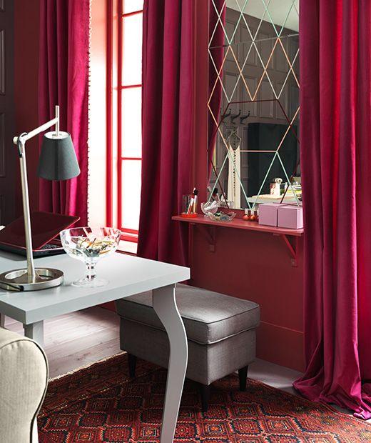 excellent vue duun bureau ikea en face duun miroir mural avec tablette with miroir mural ikea. Black Bedroom Furniture Sets. Home Design Ideas