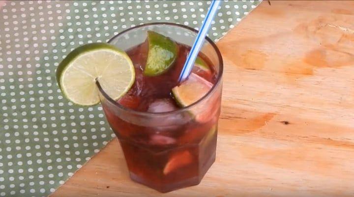 A Caipirinha de Vinho é uma bebida alcoólica muito apreciada, além de ser muito fácil de ser preparada. Segue a receita de como preparar caipirinha de vinho. Caipirinha de Vinho Como Fazer Caipirinha de Vinho Ingredientes  1/2 garrafa de pinga 1 garrafa de vinho suave 2 ou 3 limões Açúcar a...