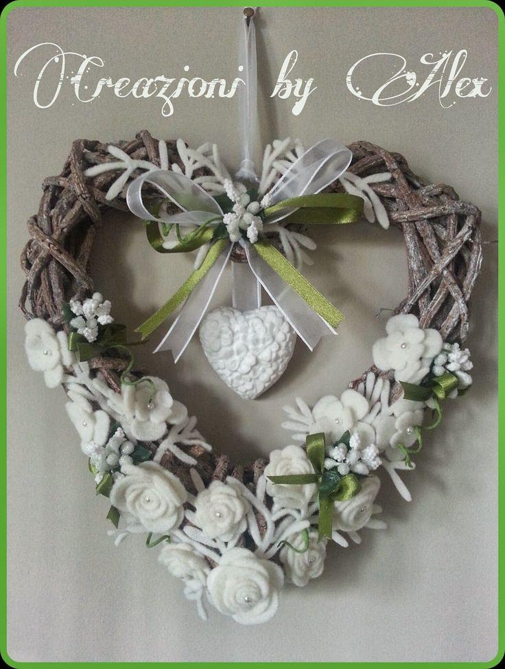 Cuore di legno con fiori in pannolenci