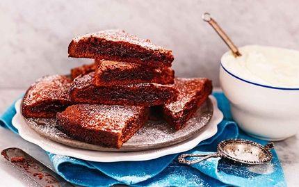 KLADDKAKA Recept på supergod och kladdig kladdkaka. Den är snabb och enkel att göra eftersom du rör ihop smeten direkt i kastrullen.  Receptet gäller för 14 bitar  Ingredienser 100 g Arla® Svenskt Smör 2 1⁄2 dl strösocker 2 ägg 1 dl vetemjöl 3 msk kakao 1 tsk vaniljsocker Garnering: florsocker Till servering: Arla® vispgrädde Gör så här: Sätt ugnen på 175°. Smält smöret i en kastrull. Lyft av kastrullen från plattan. Rör ner socker och ägg, blanda väl. Rör ner övriga ingredienser så att allt…