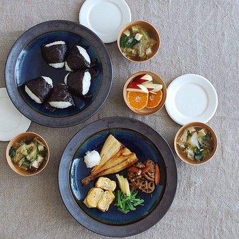 出西窯の器で和食をいただくと贅沢なご飯をいただいている気分に浸れます。和食の色味を引き立ててくれる出西ブルーは便利な色なのです。