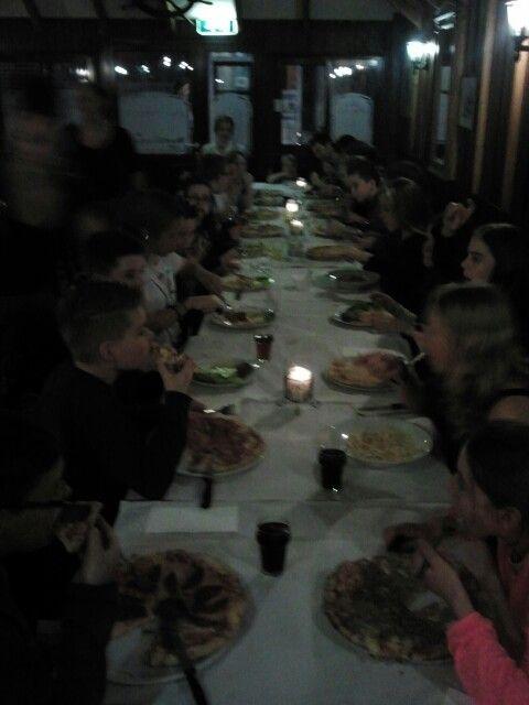 Gezellig samen eten alvorens de voorstelling Loud te bezoeken.